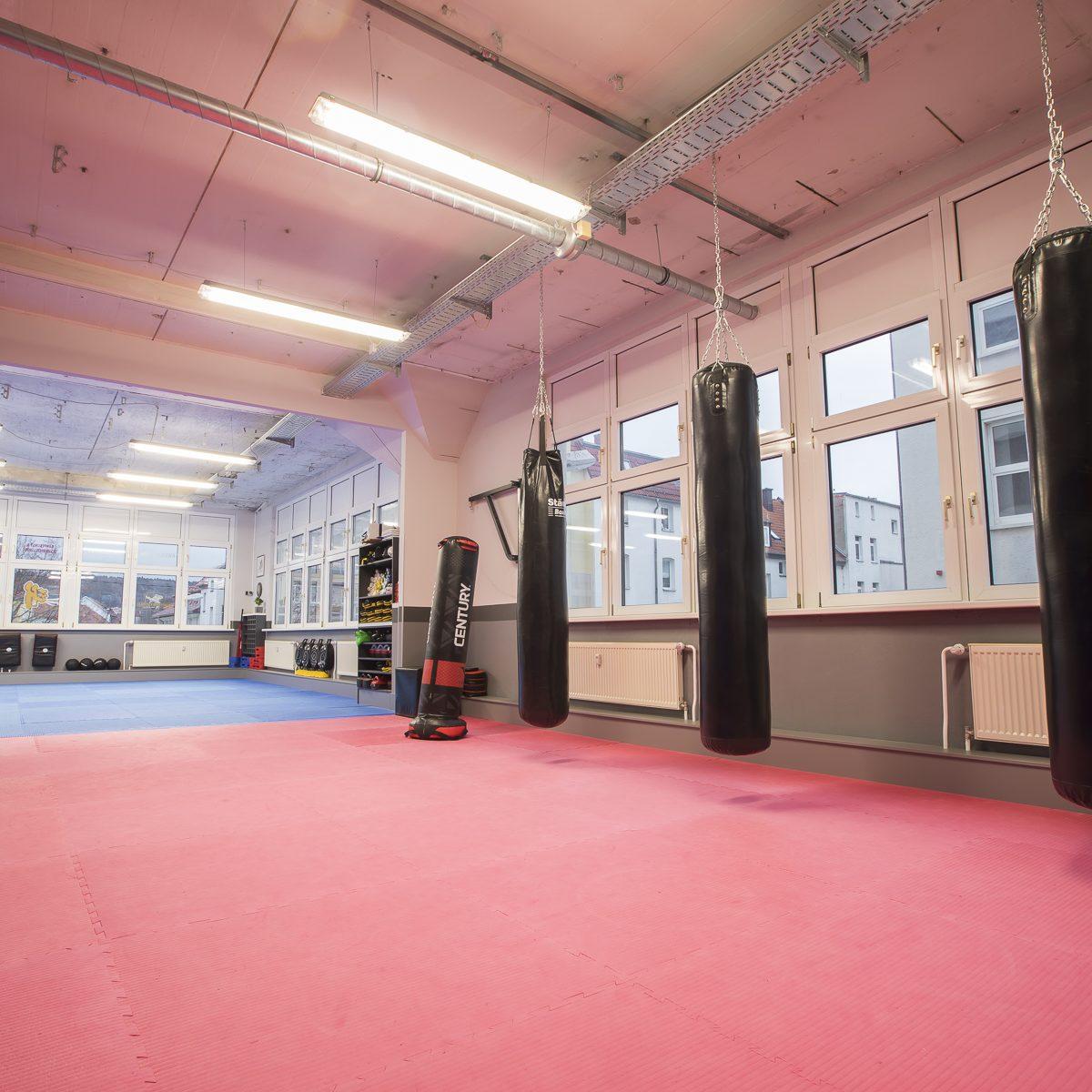 Blick auf den Trainingsbereich der Kampfsportschule Jena aus dem Funktionsbereich heraus.