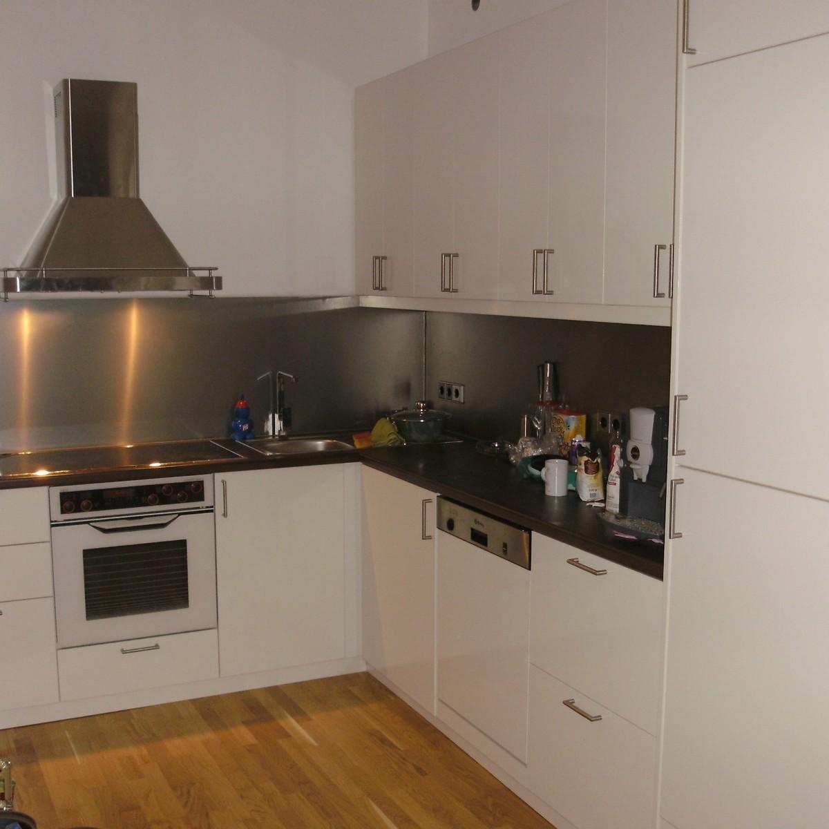 Einbauküche, weiß-hochglanz, Wandpanelle-Edelstahloptik