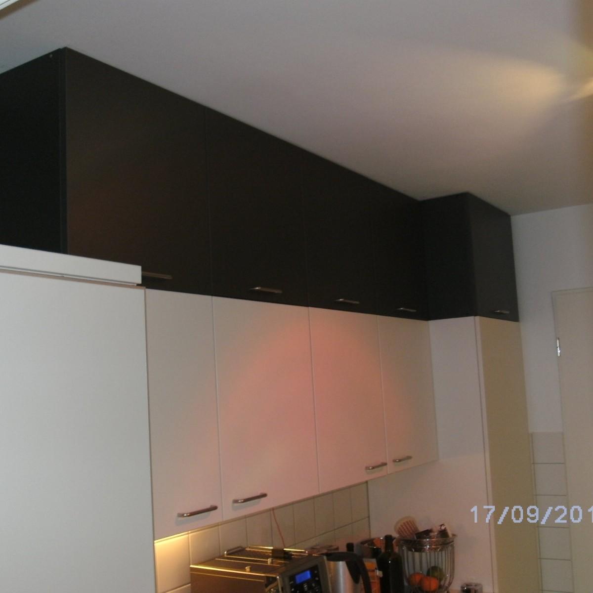 zusätzliche Oberschränke auf vorhandene Küche gebaut