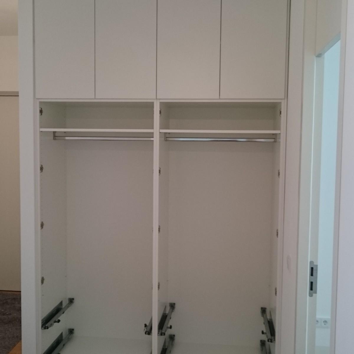 Garderobenschrank Aufbau beim Kunden.