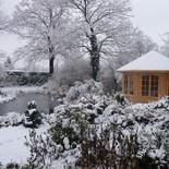 Gartenhäuschen mit Teich im Winter