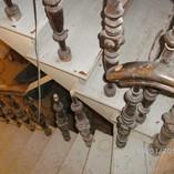 Treppenanlage um 1900, durchrepariert, aufgearbeitet, zweifarbig lackiert