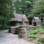 Gartenkapelle mit Brunnen