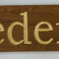 Schiffsnamenschild aus Holz goldfarbend eingefärbt