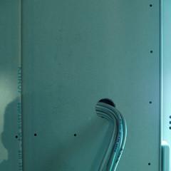 Die erste Dose wurde bei der Montage der Rigipsplatte festgelegt und gefrässt. Leitungsbund wurde rausgeführt. Suchen der Leitungen ist nicht mehr nötig