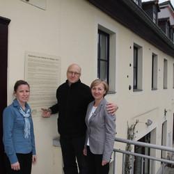 Haben gut lachen, dass man die geschichtlichen Ereignisse nun bestens erklärt bekommt: Heike Schumann, Kerstin Kötz und Wolfgang Grunert von der Sparkasse Burgenlandkreis