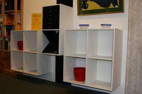 Angebot Austellungsstücke System Haslev Eiche massiv/ weiß und schwarz lackiert. Würfel 70x73x33cm und Rechteck 35,7x73x33cm mit  schwarzen Schubladen und schwarzem Flaschenhalter.