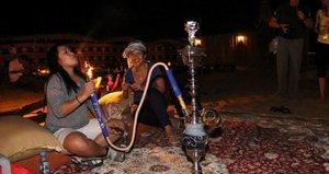 Shisha im Freien bei Nacht