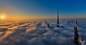 Dubai ragt durch die Wolken