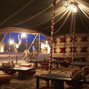 Restaurant unter traditionellem Zelt in der Wüste