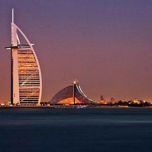 Burj al Arab bei Dämmerung