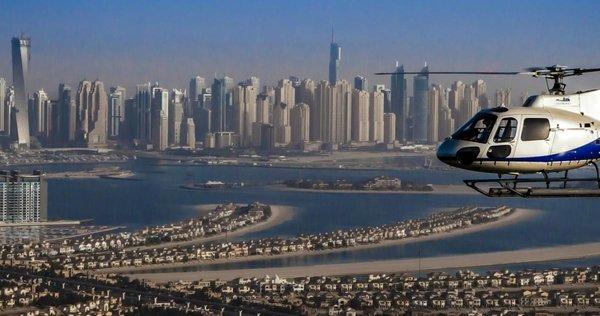 Helikopter vor Dubais Skyline