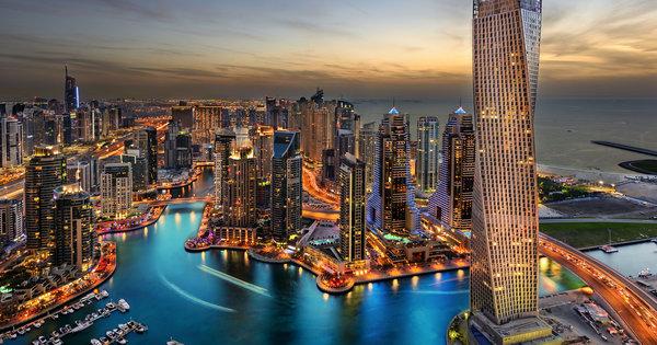 Ausblick über Dubai bei Nacht