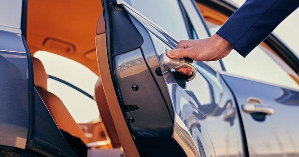 Chauffer öffnet Wagentüre