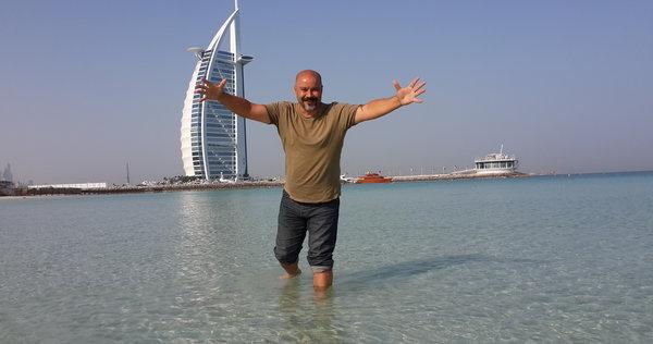 Reda Abdel Hamid vor Burj al Arab